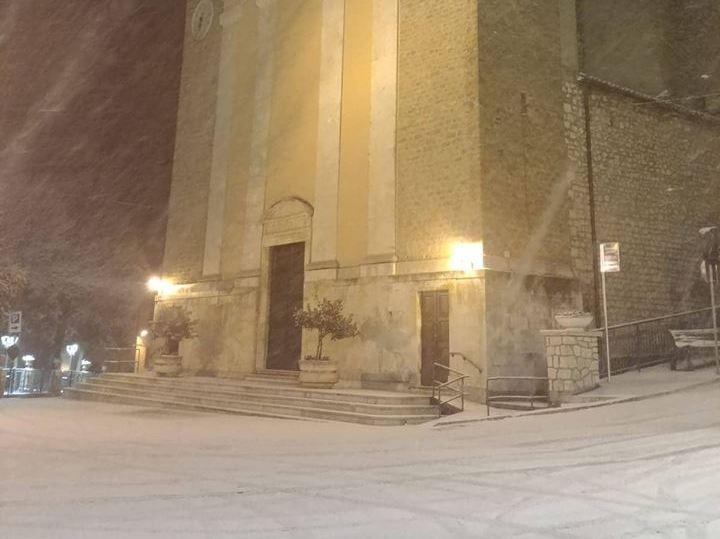 La prima neve dell'anno imbianca il suggestivo borgo di Jenne