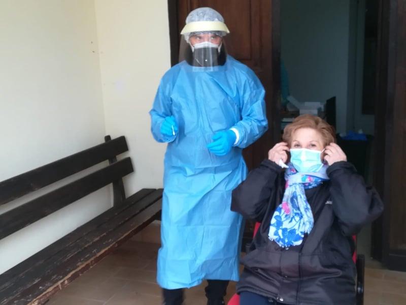 A Jenne drive in tamponi itinerante, l'assessore infermiere Cristiano Lauri in azione con i test rapidi a tappeto